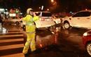 Chùm ảnh: CSGT Hà Nội dầm mưa phân luồng giao thông trong đêm