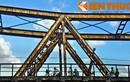 Zoom cận cảnh dấu ấn thời gian bên cây cầu Long Biên