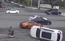 Video: tài xế lái ôtô lên hẳn cầu vượt đi bộ để quay đầu