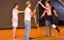 Khánh Thi hỗ trợ tình trẻ Phan Hiển hướng dẫn học trò