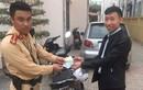 Hà Nội: Cảnh sát giao thông trả lại tài sản người dân đánh rơi