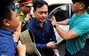 Ảnh Nguyễn Hữu Linh trong vòng bảo vệ công an thu hút sự chú ý