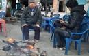 Hà Nội rét sâu, học sinh co ro đi học, phụ huynh đốt lửa sưởi ấm
