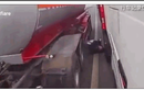 Video: Kinh hoàng cảnh tài xế ô tô suýt mất mạng dưới bánh xe bồn