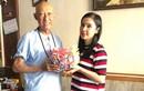 Việt Trinh đến thăm, tặng nghệ sĩ Lê Bình 1000 con hạc giấy