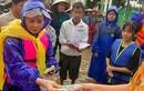 Mẹ ruột Hồ Ngọc Hà lội nước trao quà ở miền Trung