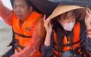 Thủy Tiên hoảng sợ tột độ khi đi giữa biển nước cứu trợ