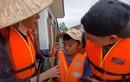 2 trẻ nghèo miền Trung bật khóc khi Thủy Tiên tài trợ tiền học
