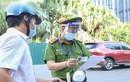 Quay đầu xe bỏ chạy khi thấy chốt kiểm soát người đi đường ở Hà Nội