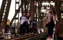 Giới trẻ đua nhau chụp ảnh trên cầu Long Biên