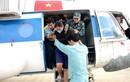 Cảnh bộ đội cứu hộ người dân ngập lũ nhìn từ trực thăng