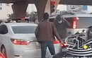 Video: Va chạm giao thông, 2 tài xế lao vào đánh nhau như phim