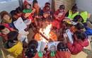 Nhói lòng cảnh học sinh miền núi đốt lửa sưởi ấm trong băng giá