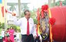 Phó Thủ tướng đội mũ bảo hiểm cho học sinh trong lễ khai giảng