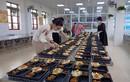 COVID-19: Cô giáo tạm rời xa học sinh, đứng bếp phục vụ người cách ly