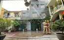 Cụ bà 83 tuổi thắp hương cho chồng khiến căn nhà phát hỏa