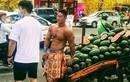Xôn xao thanh niên bán nude khoe body 6 múi đứng bán dưa ở Sài Gòn