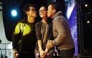 Thu Phương cười tít mắt khi được hai trai đẹp hôn