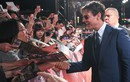 Fan chờ bảy tiếng dưới mưa, xin chữ ký Tom Cruise lên đầu