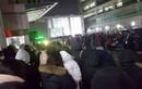 Fan túc trực bên ngoài bệnh viện tưởng nhớ Jong Hyun (SHINee)