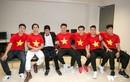 Con trai Quốc Tuấn hạnh phúc chụp ảnh cùng đội U23 Việt Nam