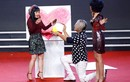 MC Thanh Bạch quỳ gối cầu hôn Thúy Nga trên sân khấu