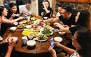 Hồ Ngọc Hà - Kim Lý bị chỉ trích vì ngồi lên bàn, đặt chân lên ghế