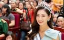 Hoa hậu Lương Thùy Linh được hàng ngàn người dân Cao Bằng vây kín