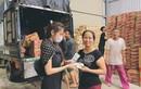Nữ MC bị ném đá khi săm soi trang phục Thủy Tiên từ thiện