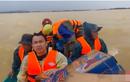 Hồ Việt Trung lên tiếng khi bị chỉ trích ném đồ ăn cho dân