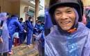 Bất chấp mưa gió, Thủy Tiên phát tiền cho gần 1000 dân Quảng Bình