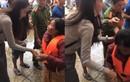Thủy Tiên dúi thêm tiền cho dân mặc áo phao đến nhận cứu trợ
