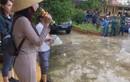 Thủy Tiên dừng phát tiền ở Hải Lăng vì dân nhận cứu trợ đeo vàng