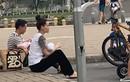 Kim Lý - Hồ Ngọc Hà ôm con ngồi bệt trên hè phố gây sốt