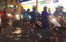 Người Hà Nội lại lội bì bõm sau cơn mưa rào