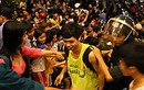 CĐV vây kín khách sạn, lột áo U19 HAGL Arsenal JMG