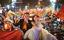 """Ảnh cưới """"vàng"""" của đôi trẻ giữa rừng cờ mừng chiến thắng U23 Việt Nam"""