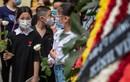 Nhiều học sinh mang hoa hồng trắng tiễn bạn qua đời trong vụ cháy