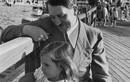 """Biểu cảm """"lạ"""" của trùm phát xít Hitler chụp ảnh với trẻ em"""