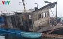 Hiện trường vụ cháy tàu khiến nhiều người bị hất xuống biển