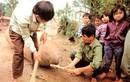 """Kinh hoàng cảnh dân Việt """"cưa bom"""" đùa với tử thần"""