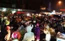 Video: Dòng người đội rổ rá chen nhau mua gì ở chợ Viềng đêm mưa?