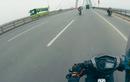 """Video: Exciter """"phóng như điên"""", va chạm xe máy và gây lật xe tải"""