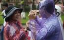 Chùm ảnh: Cảm động phụ huynh đứng co ro trong mưa đón con thi