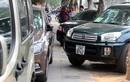 Ảnh: Ô tô lấn chiếm vỉa hè trước cổng Bộ Tài nguyên và Môi trường