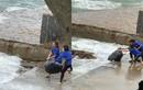 Nhân viên quán cà phê gây bức xúc khi vứt hàng chục bao rác xuống biển