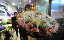 Trào lưu tặng hoa cuốn tiền khoe giàu sang, chảnh chọe