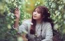 """Nữ phó nháy xinh đẹp ngồi tạo dáng giữa """"rừng"""" hoa"""