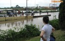 Một ngày sau mưa, người dân Hà Nội vẫn bị nước cô lập