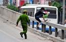 Màn rượt đuổi người đi bộ ở đường trên cao của công an HN